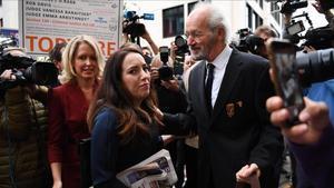 El padre de Julian Assange (derecha) y su pareja, Stella Moris (centro), en la puerta del tribunal de Londres.