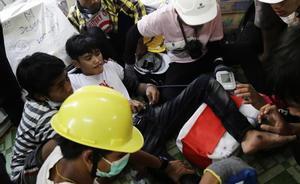 Los disparos de las fuerzas birmanas dejan al menos 9 manifestantes muertos. En la foto, médicos atienden a un herido durante la manifestación prodemocrática en Rangún.