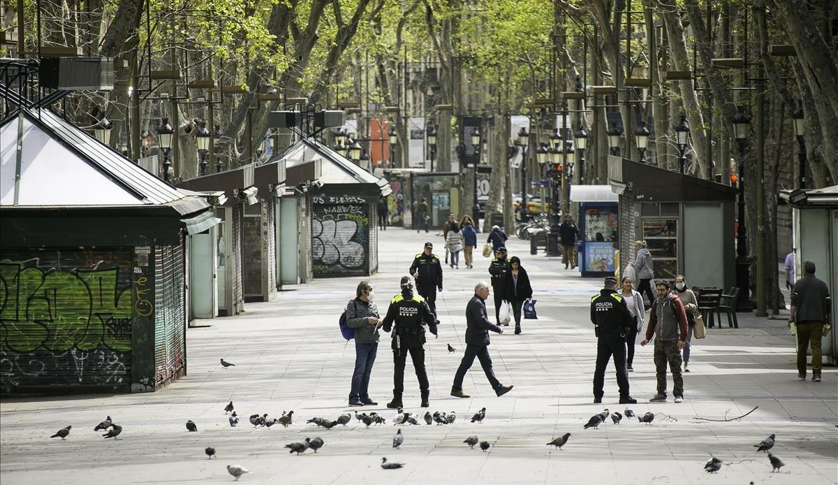 Controles policiales a turistas en las Ramblas de Barcelona.