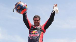El catarí Nasser Al-Attiyah (Toyota) celebra su tercera victoria en el Dakar.