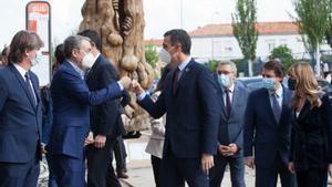 El presidente del Gobierno, Pedro Sánchez, saluda al exjefe del Ejecutivo José Luis Rodríguez Zapatero, a su llegada a la IV Feria Nacional para la Repoblación de la España Rural, este 28 de mayo en Soria.