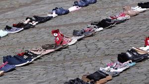 Cientos de zapatos de niños en protesta contra el secuestro y asesinato de menores en Bucarest.