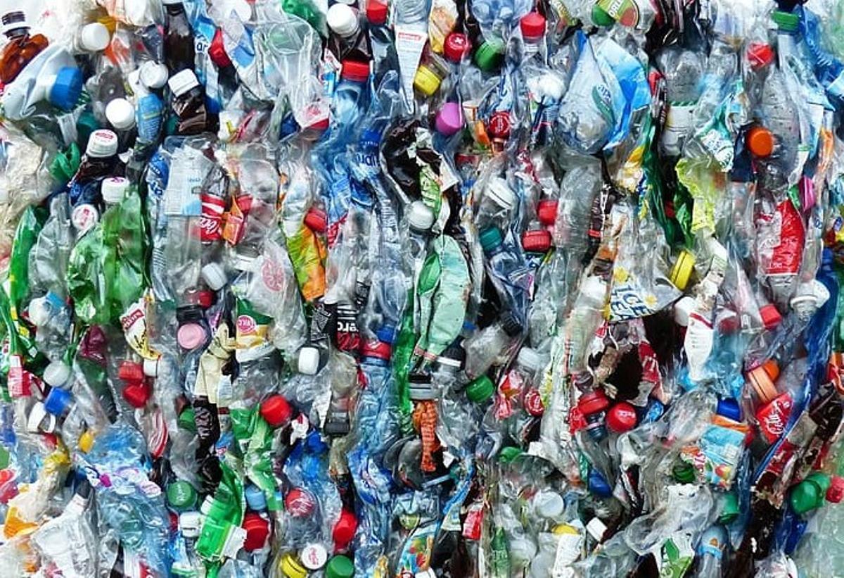 Montaña de envases de plástico.