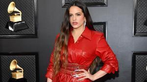 Rosalía posa en la alfombra roja de los premios Grammy 2020.