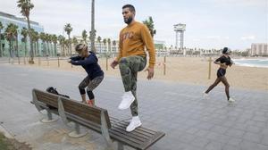 Gente haciendo deporte frente al hotel W de Barcelona.