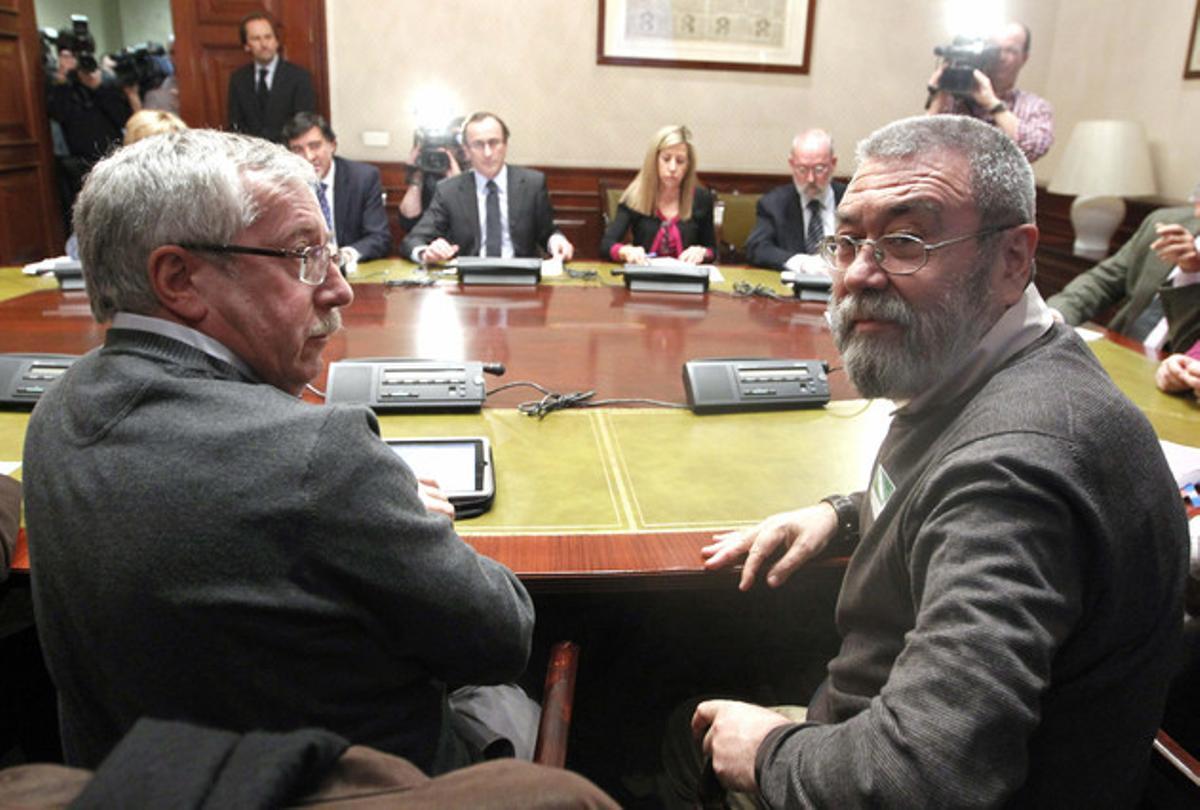 Los líderes de CCOO, Ignacio Fernández Toxo (izquierda), y de UGT, Cándido Méndez, durante una reunión con el portavoz del PP en el Congreso, Alfonso Cano (al fondo), el pasado 23 de febrero.