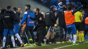 Quique Sánchez Flores celebra con su banquillo y la afición la victoria sobre el Barça.
