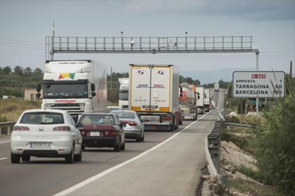 Aspecto del tráfico de la carretera N-340 a su paso por Sant Carles de la Ràpita (Montsià), la semana pasada.