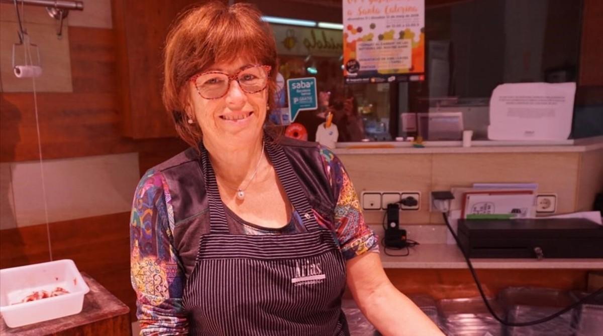 Encarna González en su puesto Carnisseria Arias del mercado Santa Caterina