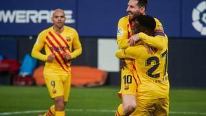 Ilaix Moriba celebra con Messi el 0-2 al Osasuna.