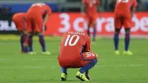 Los futbolistas de Chile, abatidos al final del partido ante Brasil