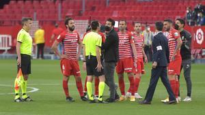Los jugadores del Granada protestan al árbitro del partido.
