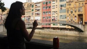 Una joven, fumando en Girona el pasado mes de julio