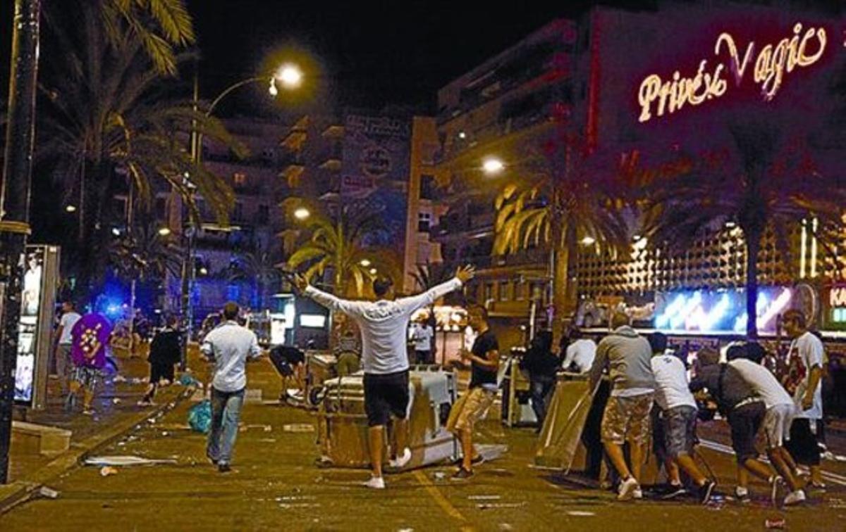 SEPTIEMBRE 3 Las mismas calles de Lloret fotografiadas anoche, cuando la temporada turística ya ha acabado.