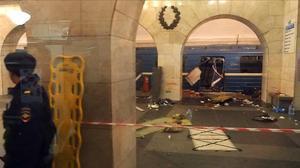 Tren afectado por la explosión de un artefacto en la estación Instituto tecnológico de San Petesburgo.