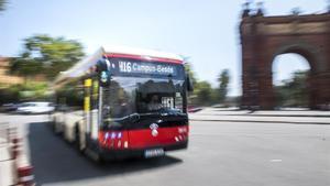 Un bus de la H-16 pasa junto al Arc de Triomf.