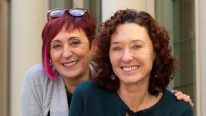 Elia Barceló y Maite Carranza (derecha), tras ganar los premios Edebé.