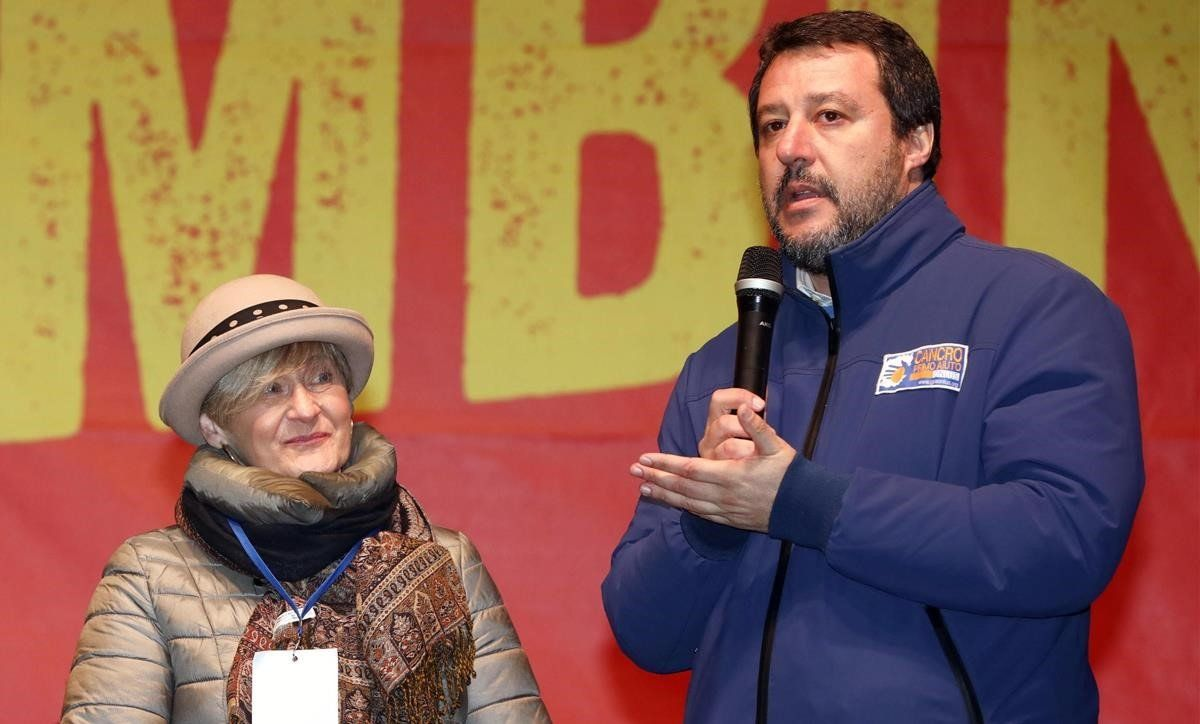 Salvini, durante un mitin de campaña en la localidad de Bibbiano, con Paola Pellinghelli, madre de Tommaso Onofri, un niño de 17 meses secuestrado y asesinado en el 2006.