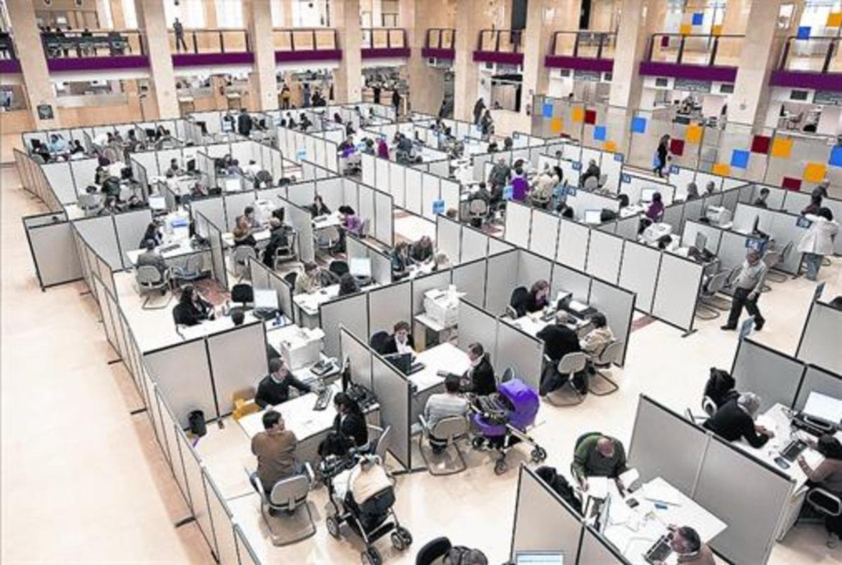 Vista de una sede madrileña del fisco en una declaración de la renta.