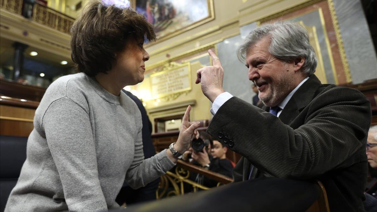 La vicepresidenta del Gobierno, Soraya Sáenz de Santamaría, charla con el ministro de Educación, Íñigo Méndez de Vigo, el pasado lunes.