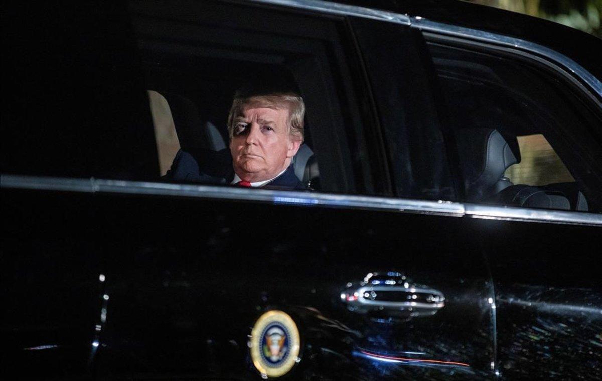 El presidente estadounidense Donald Trump sale de la Casa Blanca rumbo al Capitolio.