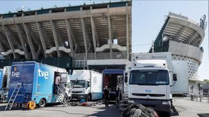 Unidad móvil de RTVEen el exterior del estadio Benito Villamarín, en Sevilla.