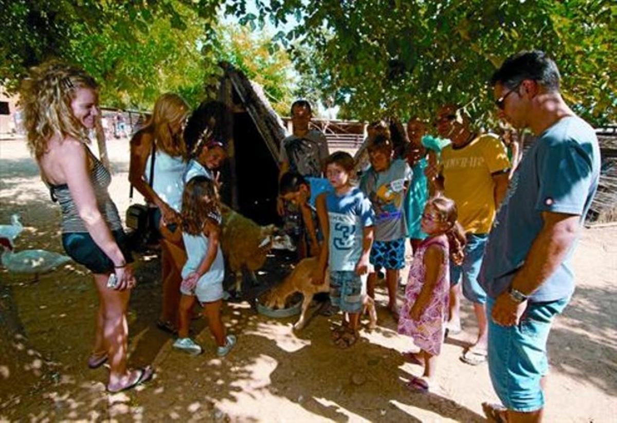 Un grupo de 'singles' con sus hijos en unas colonias en Ullastret, la semana pasada.