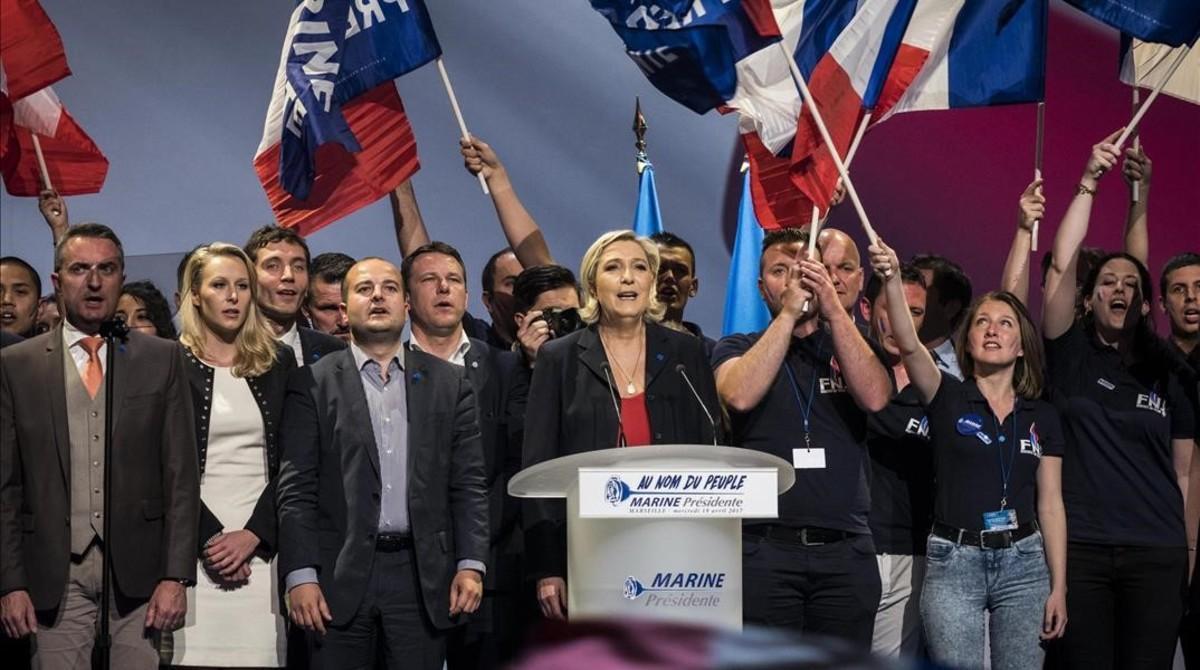 Marine Le Pen, rodeada de dirigentes del FN, en Marsella, el 19 de abril.