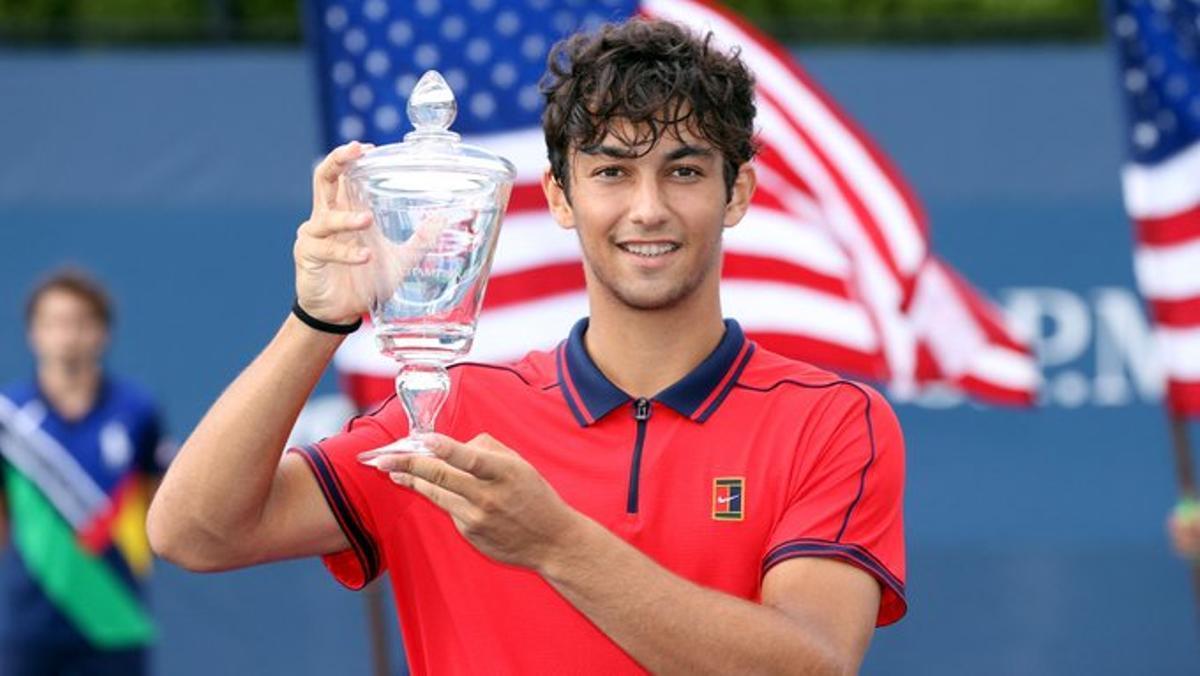 Daniel Rincón muestra su copa de campeón júnior del Abierto de EEUU.