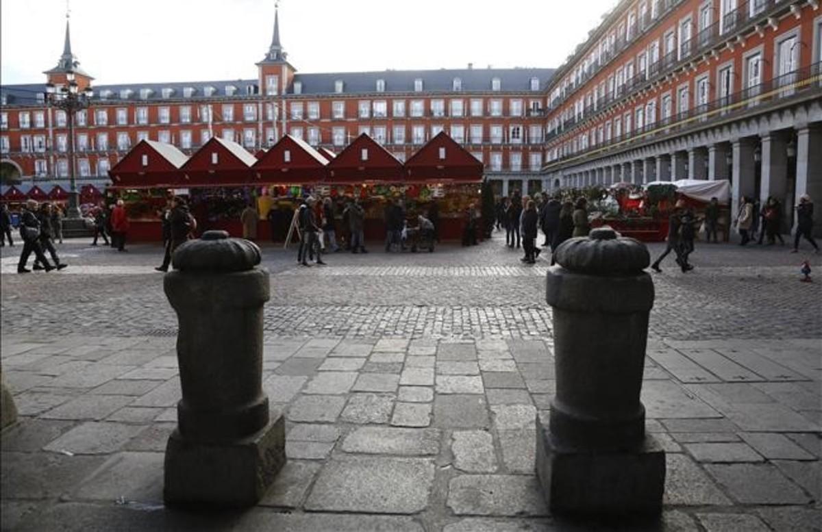 Bolardos de protección en la plaza Mayor de Madrid.