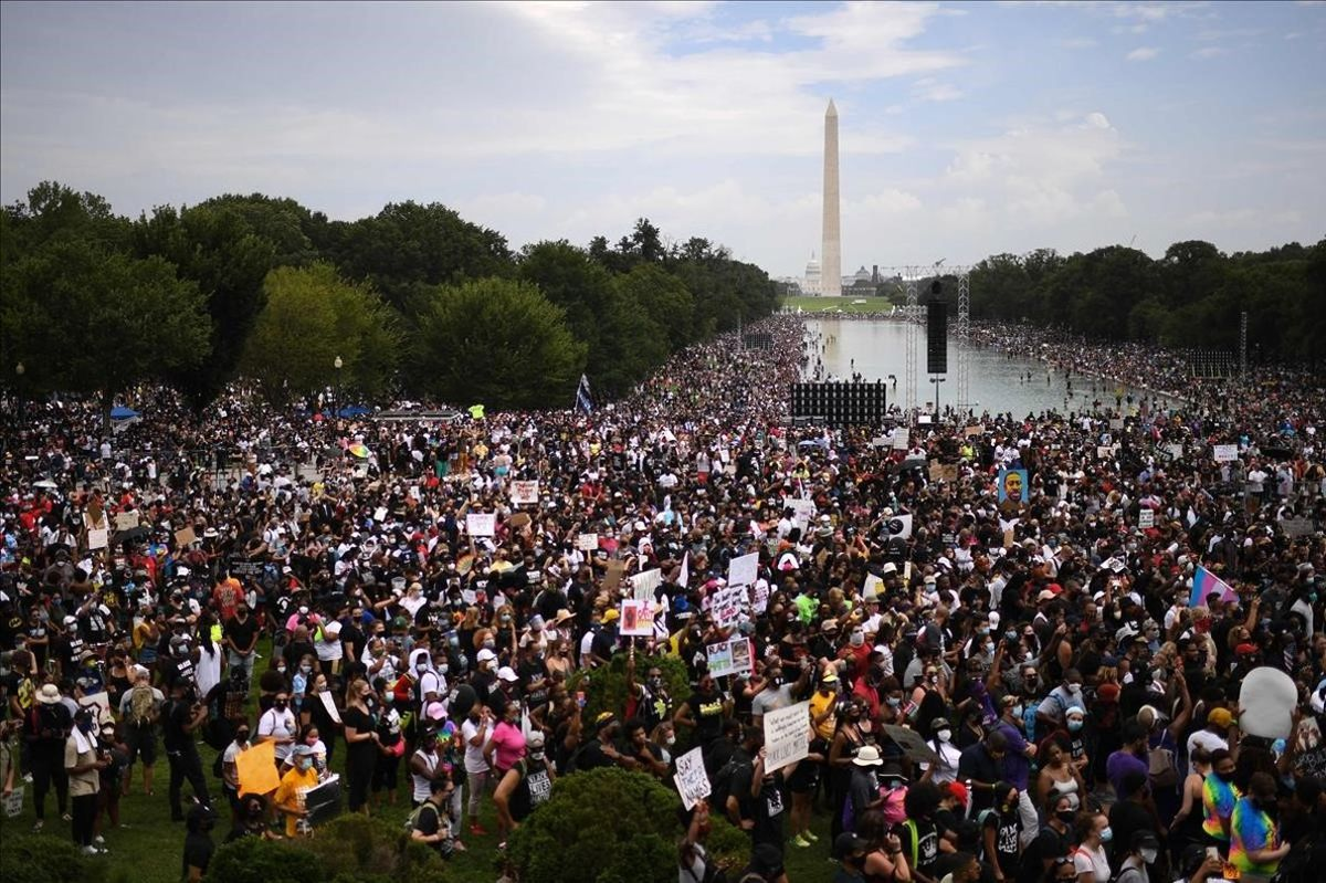 Miles de personas llenan el Memorial a Lincoln en Washington.