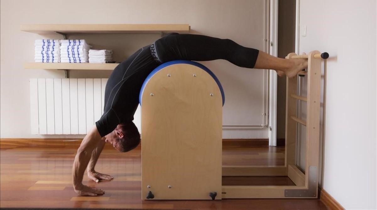 Un hombrehace ejercicios en el Estudio Original Pilates en Barcelona.