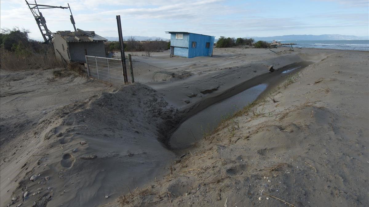 Algunas fincas fueron sepultadas por la arena traída por el Gloria
