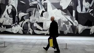 Un visitante, frente al cuadro original del 'Guernica' en Madrid