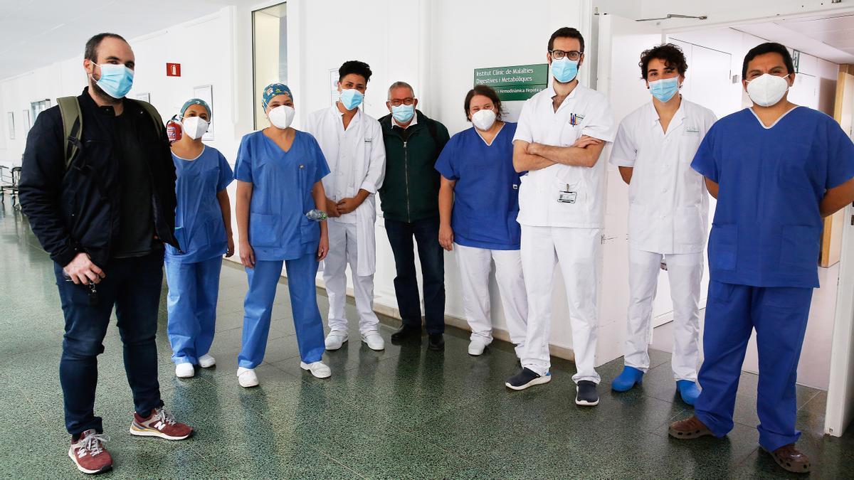 Carles Gonzàlez, con los sanitarios de la UCI del Hospital Clínic