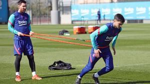 Messi y Pedri, en el entrenamiento del Barça en la ciudad deportiva.