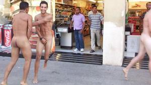 La fotografía con la que Vicens Forner denunció en el 2014 el incivismo de los turistas en la Barceloneta.