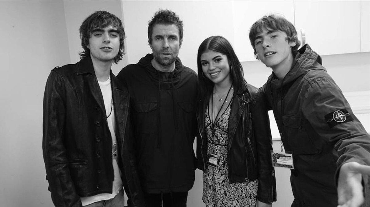Cuatro hijos de cuatro madres. De izquierda a derecha, Lennon Gallagher (17 años);el padre de todos, Liam Gallagher (46);Molly Moorish-Gallagher (21), y Lennon Gallagher (19). Falta la hija pequeña, Gemma, de 6 años, a la que el cantante aún no conoce.