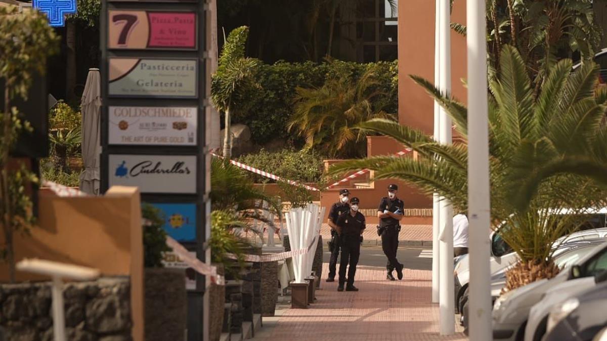 Varios policías en la Costa de Adeje, en Tenerife, en una zona turística, el 25 de febrero del año pasado, mientras cerca de mil personas permanecían confinadas en un hotel tras detectarse un caso de coronavirus.