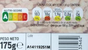 Etiqueta nutricional con la clasificación de Nutriscore de un paquete de nueces crudas.