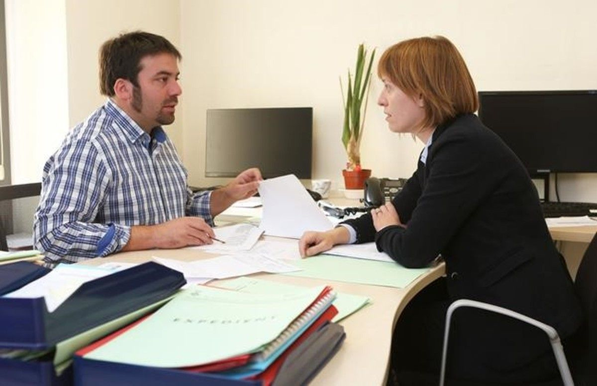 El alcalde, Isaac Peraire, trata asuntos municipales con Irene Blanqué, responsable de la promoción del municipio.