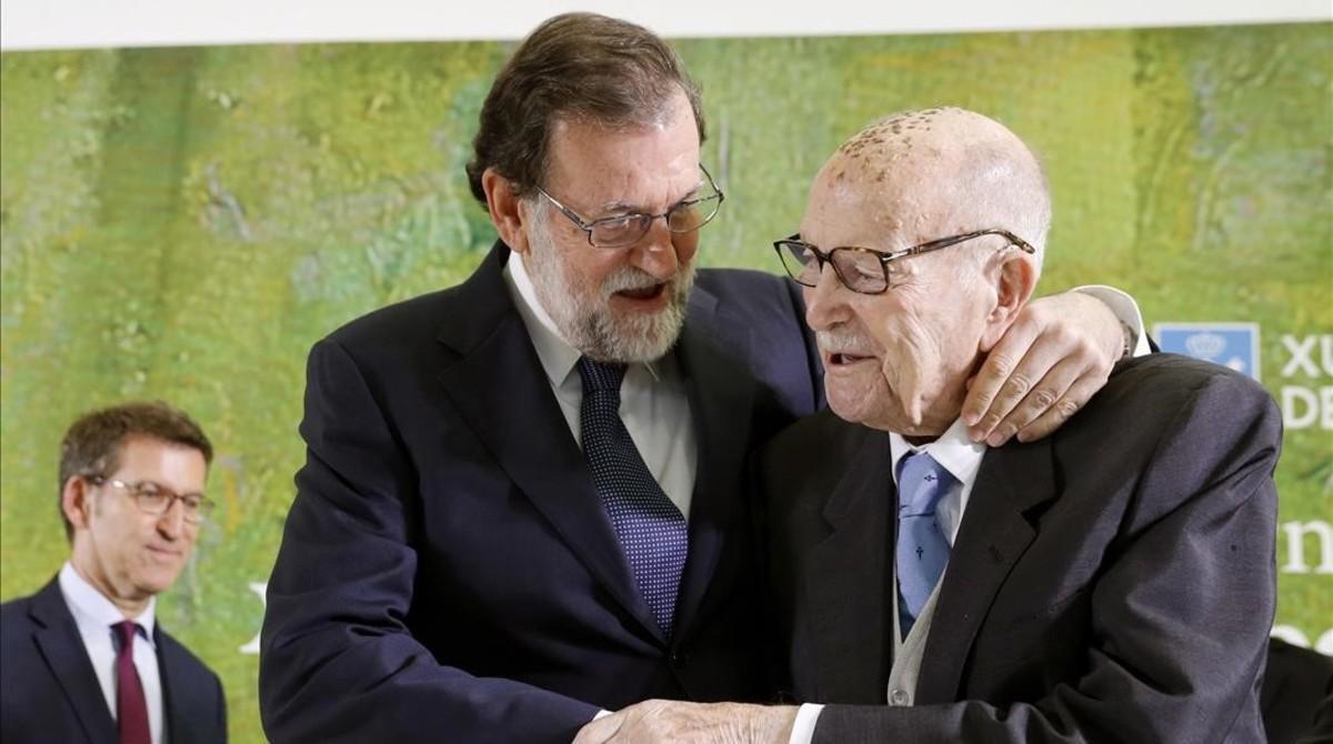 Mariano Rajoy abraza al primer presidente electo de la Xunta de Galicia,Xerardo Fernandez Albor, este sábado en un acto de homenaje por su centenario.