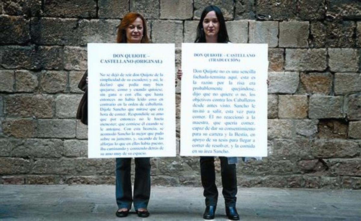 Dos traductoras exhiben textos del 'Quijote' mal traducidos por un ordenador, ayer en la plaza del Rei.