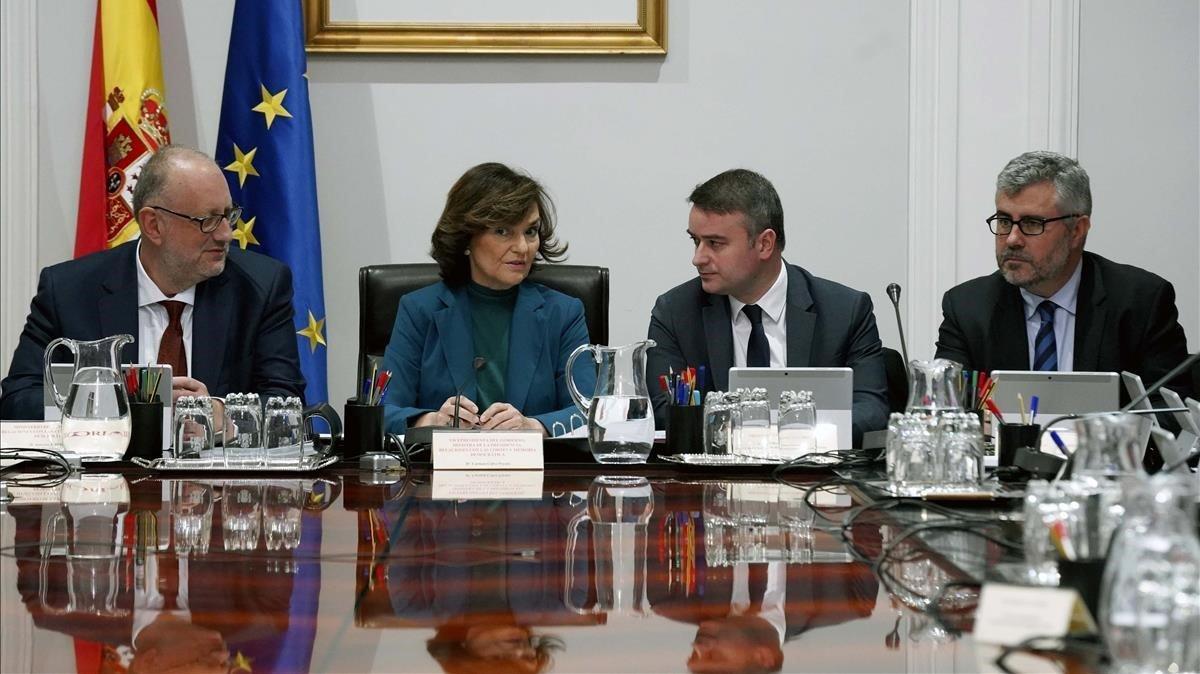 Carmen Calvo e Iván Redondo durante la reunión de la Comisión General de Secretarios de Estado y Subsecretarios, este lunes en el palacio de la Moncloa.