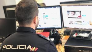 Un oficial del Grupo de Protección al Menor dela Policía Nacional.