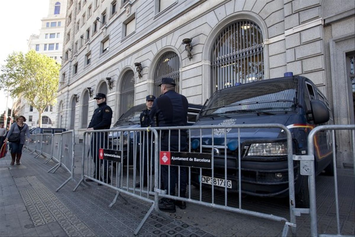 Agentes de la Policía Nacional vigilan los alrededores del Banco de España, el miércoles, con motivo de la cumbre del BCE.