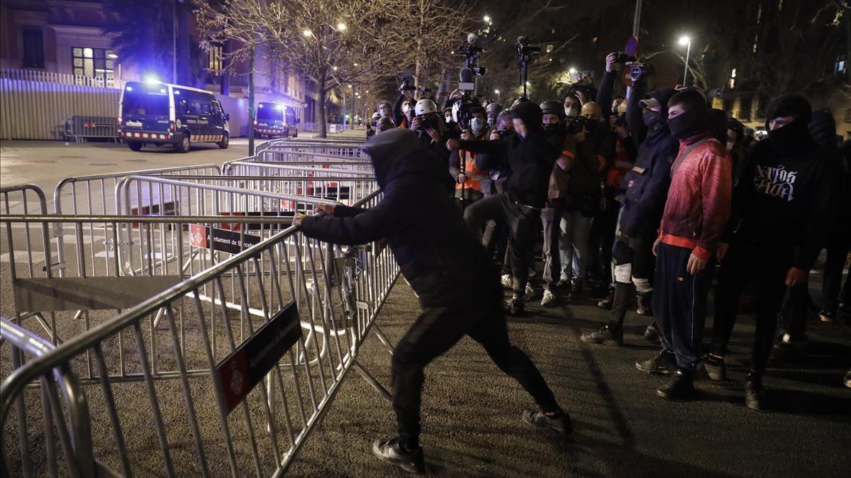 Tercera noche de disturbios violentos por el encarcelamiento del rapero Pablo Hasél. En la foto, protestas delate de la Conselleria de Interior.