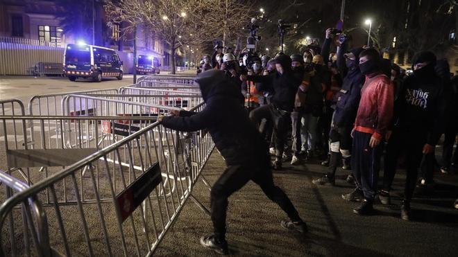 Tercera noche de disturbios violentos por el encarcelamiento del rapero Pablo Hasél