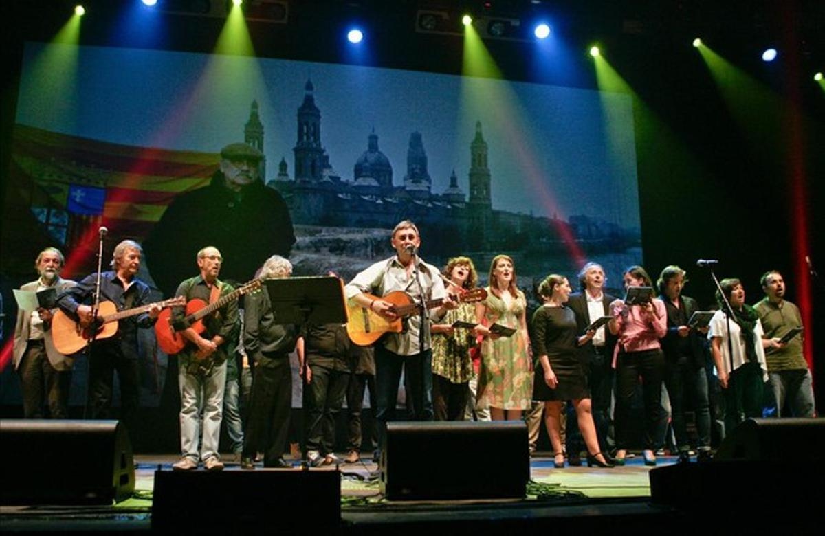 Artistas en el escenario del concierto homenaje a Labordeta en Zaragoza.
