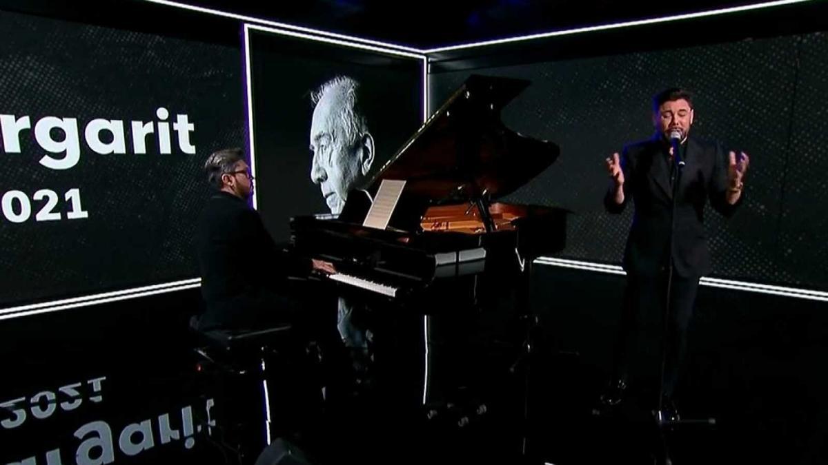 Miguel Poveda homenajeando a Joan Margarit en el Telediario con Alejandro Carballo al piano